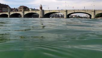 Die Frau fiel von der Mitlleren Brücke in den Rhein. (Archiv)