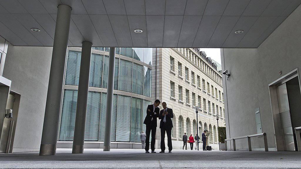 Weniger Personal in der Schweiz, dafür mehr im Ausland: Schweizer Banken haben im ersten Halbjahr Stellen ins Ausland verlagert. (Symbolbild)