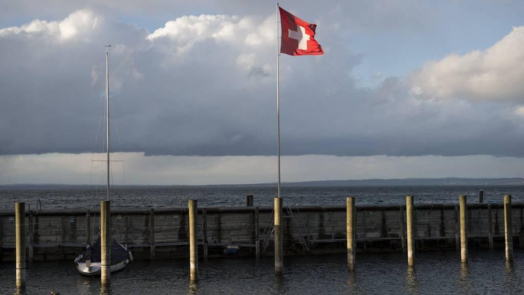 Bevor das Gewitter aufkam, wagten viele Bootsfreunde einen Ausflug auf den See.
