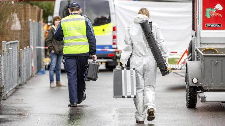 Spezialisten der Polizei am Tatort in Rupperswil: Nur wenige kannten den Tatablauf.