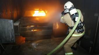 Die gute Seite des Zentralismus: Kauft der Kanton die Schutzkleider statt jede Feuerwehr einzeln, sinkt der Preis. bz-Archiv