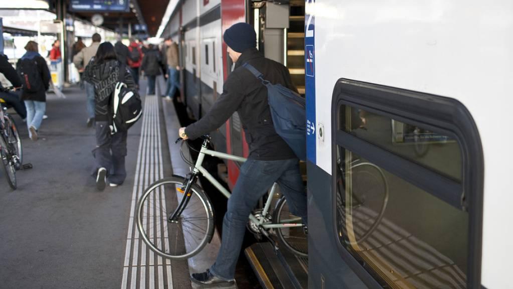 Das Velo im Zug mitnehmen soll am Wochenende in Intercity-Zügen bald reservationspflichtig sein.