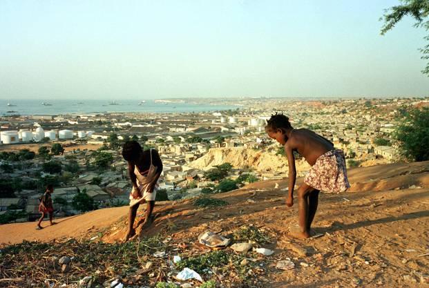 Strassenkinder in einem Vorort mit Blick auf Luanda