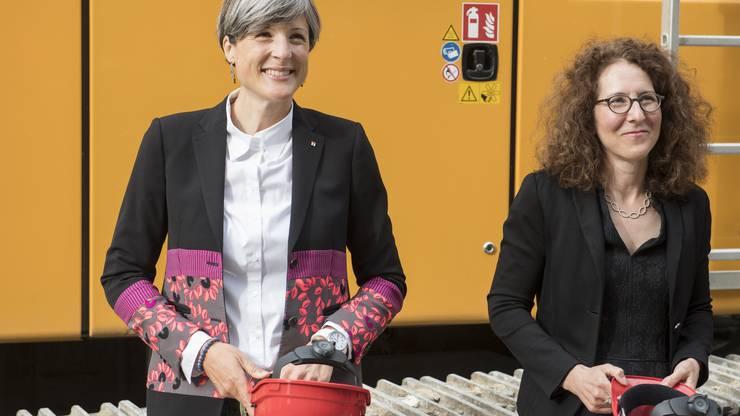Stadträtin und Badenfahrt-OK-Mitglied Sandra Kohler, links, und Theaterstiftungs-Präsidentin Antonia Stutz am Spatenstich zum Umbau des Kurtheaters.