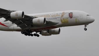 Da winkt einer bei der Ankunft gleich für das ganze Flugzeug ... zum 100. Geburtstag des Gründers der Vereinigten Arabischen Emirate