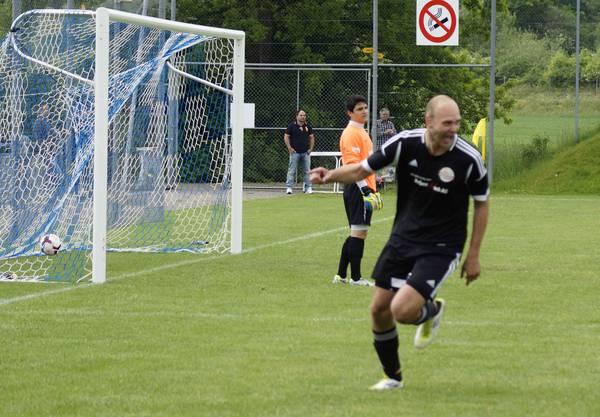 Croatias Lapenda erzielt das 0:1 gegen Torhüter Fux