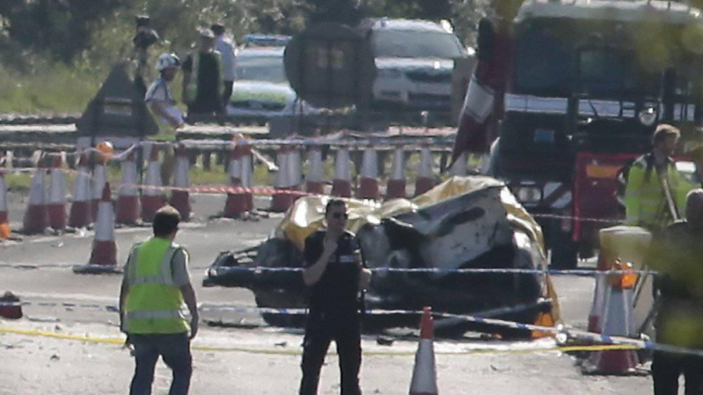 Helfer und Polizei am Unglücksort, wo die Maschine abgestürzt war.