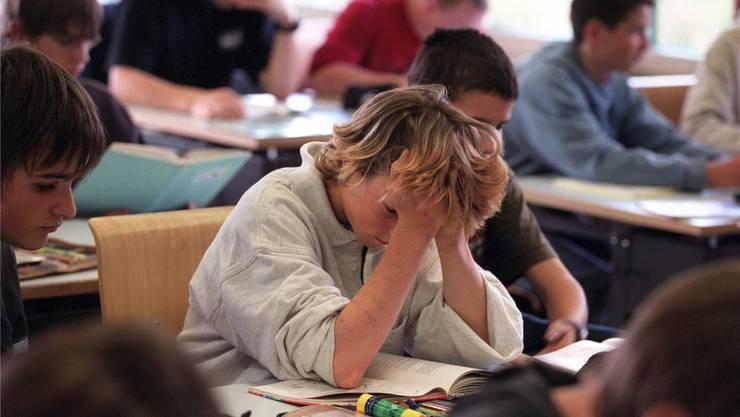 Laut Studien leiden die Leistungen in Grossklassen zwar nicht, aber die Lehrer haben weniger Zeit für jeden. Symbolbild/Key