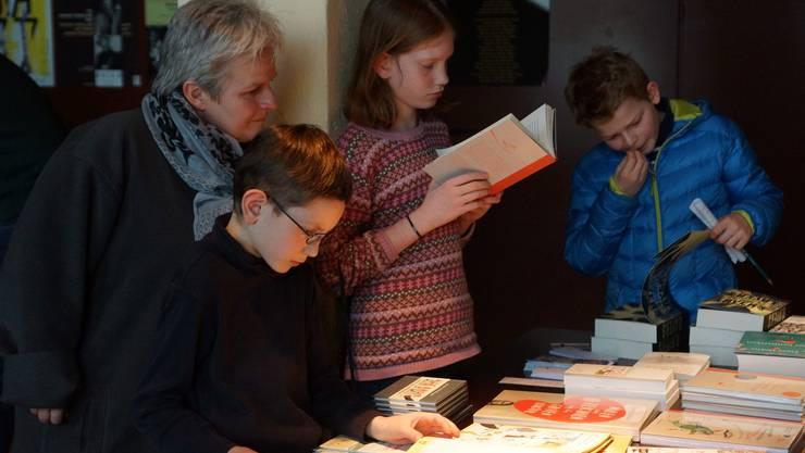 In die Welt der Bücher versunken - Impression vom 2. Jugendliteraturtag in der Stanzerei Baden (Bild ub)