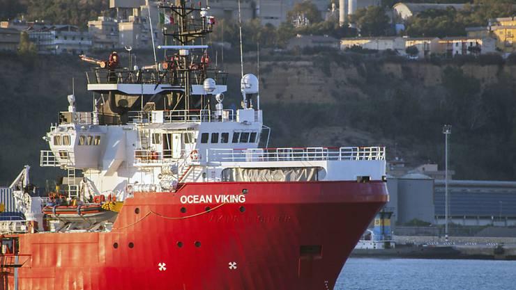 Die italienischen Behörden haben das Rettungsschiff Ocean Viking im Hafen von Porto Empedocle auf Sizilien festgesetzt. (Archivbild)