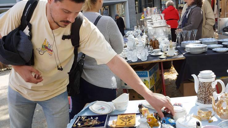 Stöbern, prüfen, feilschen - für viele Besucher des Flohmarkts eine Leidenschaft (Bild ub)