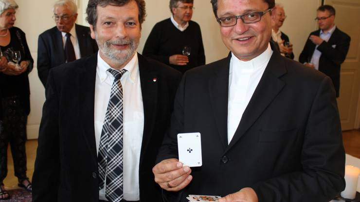 Landammann Roland Heim (links) und Bischof Felix Gmür vor dem traditionellen Bischofsjass