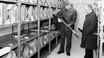 «In technisch modernem Zustand, Instandhaltung tadellos» Brigadier Arthur Liener und Nationalrat Anton Keller inspizieren 1990 das Aargauer Depot der P-26.