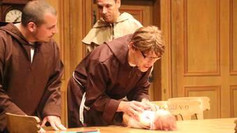 Das Theater Tandem führt im Saalbau Reinach « S chlöschterliche Windelkind» auf.