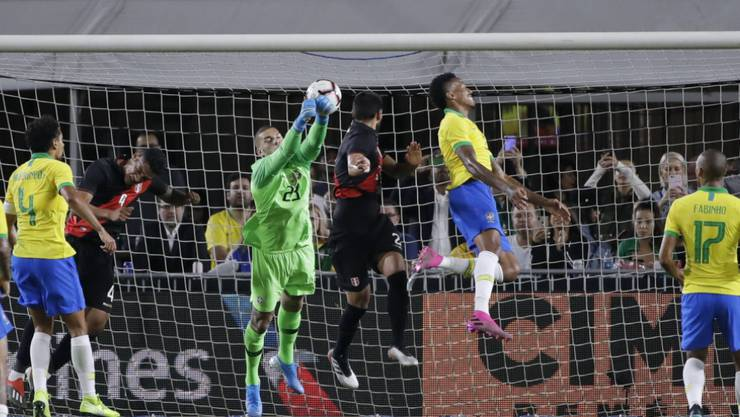 Perus Luis Abram (Bildmitte) trifft per Kopfball zum Siegtor gegen Brasilien