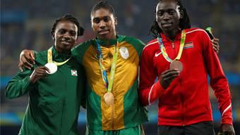 Francine Niyonsaba (l.), Caster Semenya und Margaret Nyairera Wambui (r.) an der Siegerehrung des olympischen 800-m-Rennens in Rio.KEYSTONE