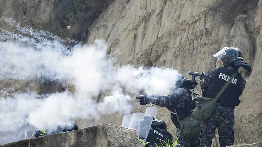 ARCHIV - Die Aufnahme von 2019 zeigt, wie Sicherheitskräfte in La Paz auf Demonstranten feuern. Rund um die Wahl und den Rücktritt des bolivianischen Präsidenten Evo Morales im Jahr 2019 ist es in Bolivien laut Bericht einer unabhängigen Expertengruppe zu schweren Menschenrechtsverletzungen gekommen. Foto: Gaston Brito/dpa