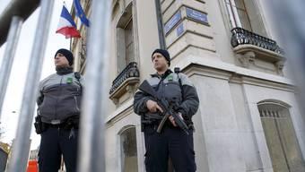 Polizisten vor dem französischen Konsulat.
