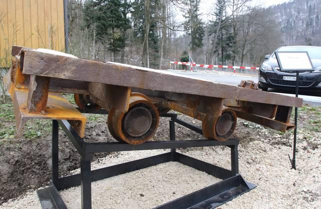 Auf dem Weg trifft man auf eine alte, verrostete Lore, ein auf Schienen laufender Wagen zum Transport von Gütern in Bergwerken.