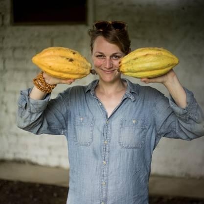 Posiert mit ihrer Lieblingsfrucht: Laura Schälchi, die Frau hinter der« La Flor»-Manufaktur.