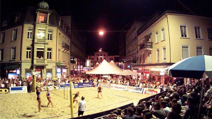 Zu Beginn der 2000er-Jahre spielte die nationale Beachvolleyball-Elite Jahr für Jahr im Zentrum von Baden. Bild: Archiv/Sehstoff