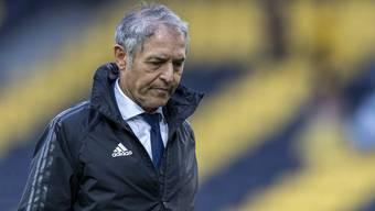 Marcel Koller verlässt den FCB mit gesenktem Kopf.