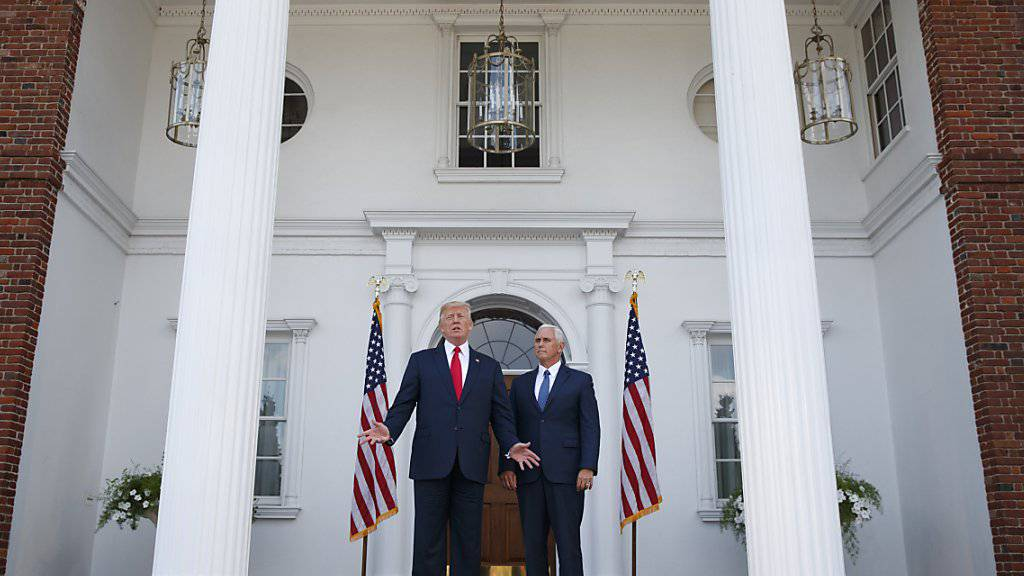 US-Präsident Trump, begleitet von Vize Mike Pence, sprach vor Reportern auf seiner Golfanlage in Bedminster im US-Bundesstaat New Jersey.