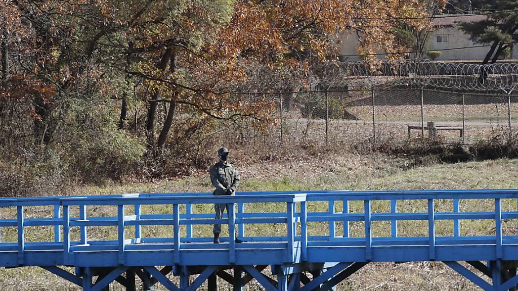 Ein südkoreanischer Soldat steht auf einer Brücke an der Grenze in Panmunjon. Foto: Lee Jin-Man/Pool AP/dpa