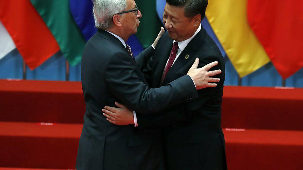 Junckers (l.) Begrüssungsküsse sind bekannt und berüchtigt - und in China unüblich. Xi liess es diplomatisch über sich ergehen.