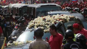 Tausende begleiten den Leichnam von Hugo Chávez zum Militärmuseum