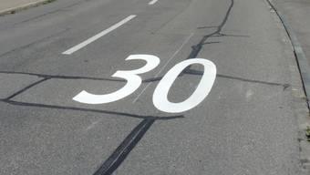 In einer Tempo 30 -Zone hat der Lenker mit angeblich überhöhter Geschwindigkeit den Hund überfahren. (Symbolbild)