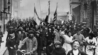 November 1918: In den Strassen von Paris feiert man den Waffenstillstand. Doch der Friede stellt sich nicht ein.Keystone