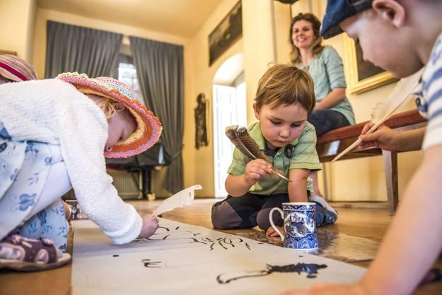 KinderführDie Kinder durften mit Federn eine Schriftrolle beschreibenung durch das Schloss Waldegg