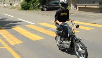 Die Mofa-Fahrerin stürzte, verletzte sich aber nicht. (Symbolbild)