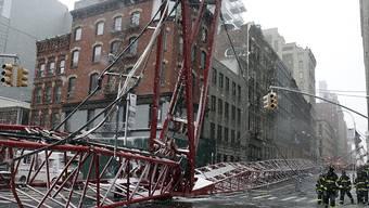 Der umgestürzte Kran liegt in den Strassen New Yorks.