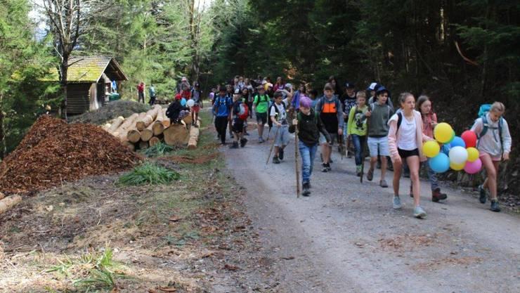 Die Kinder folgten einem mit Kreidepfeilen und farbigen Ballonen gekennzeichneten Weg zu einem kleinen Hüttchen im Wald.