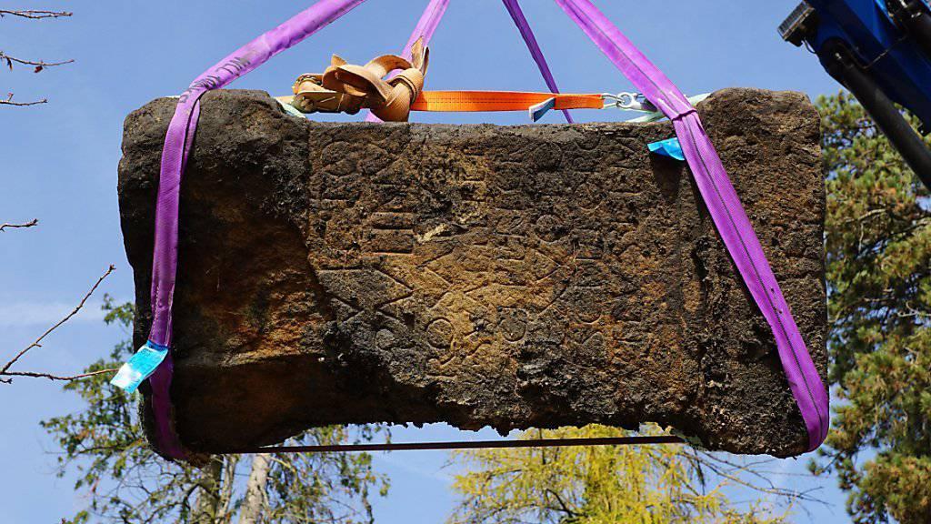 In Kempraten wurde unter anderem der 1,1 Meter hohe Hauptaltar aus einem Heiligtum des Mithras-Kults entdeckt.