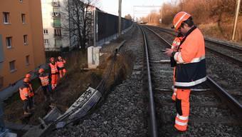 Der Erdrutsch beschädigte eine Lärmschutzwand, welche nun die Bahnstrecke zwischen Lausanne und Vevey blockiert.