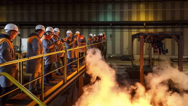 Die Vertreter der Zulieferfirmen erleben beim Rundgang durch das Stahlwerk auch den Walzprozess.
