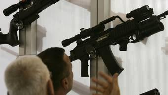 Besucher einer Waffenmesse