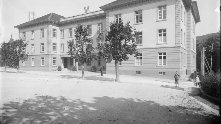 So wie um 1919 soll es wieder werden: Das Gerichtsgebäude vom Bahnhofplatz aus, damals noch mit Ehrenhof in der Mitte.