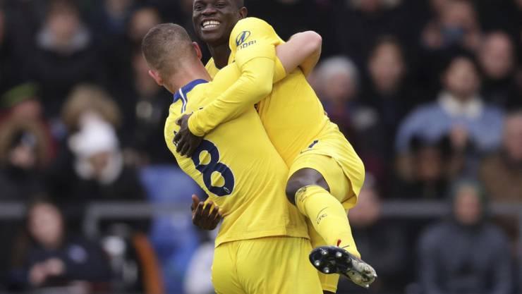 N'Golo Kanté feiert seinen Treffer mit Teamkollege Ross Barkley