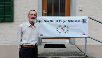 Roland Härri möchte mit seinem Banner die Bürger dazu bewegen, an der Gemeindeversammlung abzustimmen.