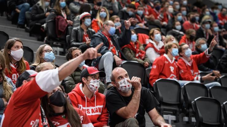 Dieses Foto von einem Eishockeymatch in Lausanne publizierte die «New York Times» als Illustration ihres Artikels über die «lockeren» Schweizer Massnahmen.