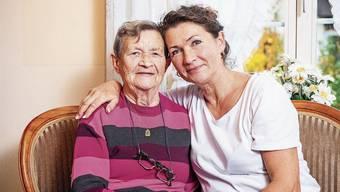 Dinah Schilling (rechts) führt eine Praxis für manuelle Schmerztherapie und kümmert sich zu Hause um ihre Mutter Edita Cerny.