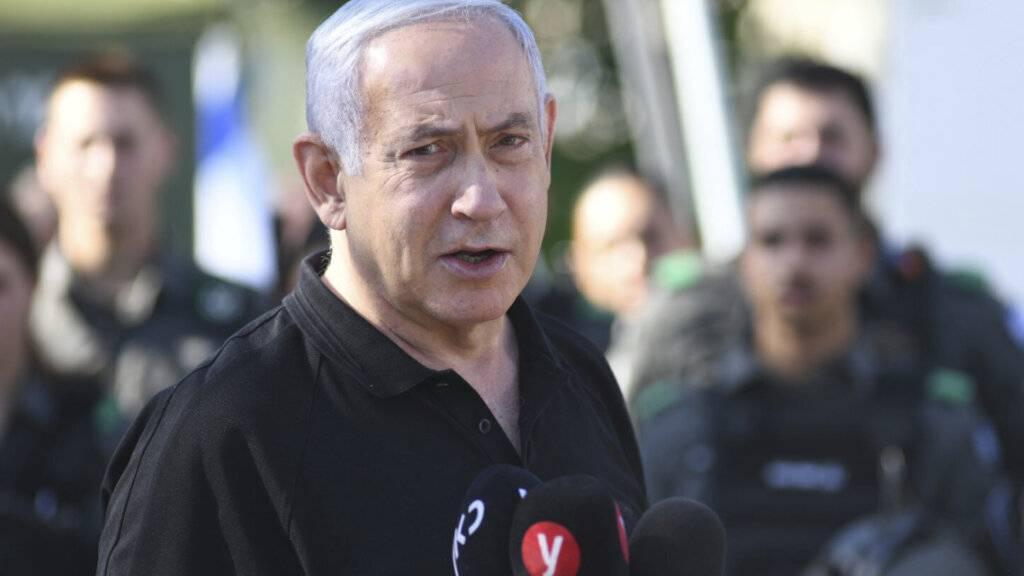 Israels Ministerpräsident Benjamin Netanjahu spricht während eines Treffens mit der israelischen Grenzpolizei. Foto: Yuval Chen/Yedioth Ahronoth POOL/AP/dpa