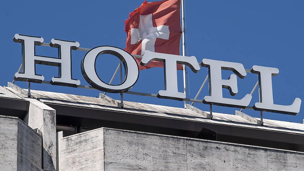 Im Monat November haben in den Schweizer Hotels erneut deutlich weniger Gäste eingecheckt als im Vorjahr. Gegenüber dem Vorjahr brachen die Übernachtungen in dem Monat um rund 57 Prozent auf 890'000 ein. (Archivbild)
