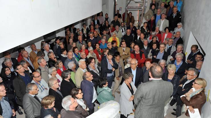 Besammlung im Foyer - viele liessen sich die Gelegenheit nicht entgehen, ins Stadttheater zu blicken