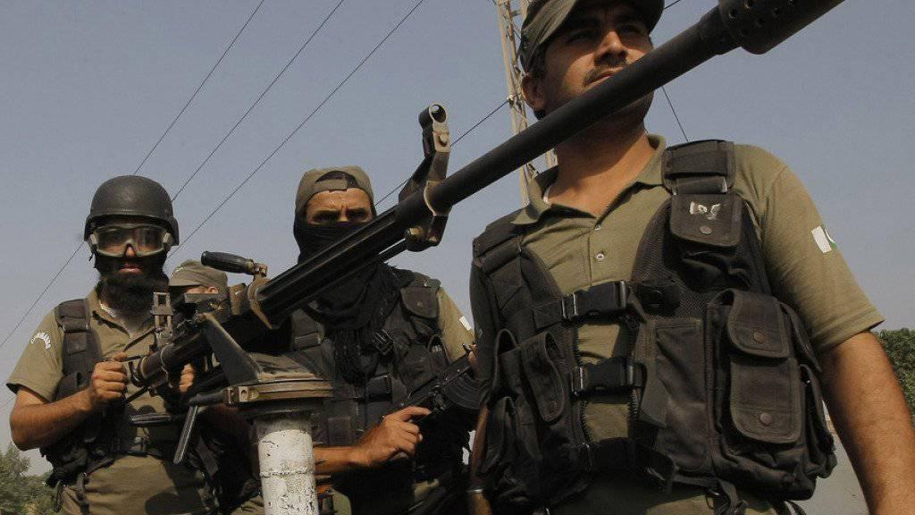 Pakistanische Militärs in der Nähe des angegriffenen Luftwaffenstützpunkts Badaber in einem Vorort der Stadt Peshawar