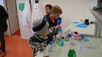 Der Nachwuchs ist interessiert und mischt im Schülerlabor Lebensmittelfarben zusammen. (Archiv)